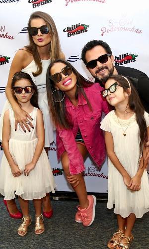 Antes do Show das Poderosinhas começar, Anitta recebeu o sertanejo Luciano Camargo com a família, a esposa Flávia e as filhas gêmeas Isabela e Helena