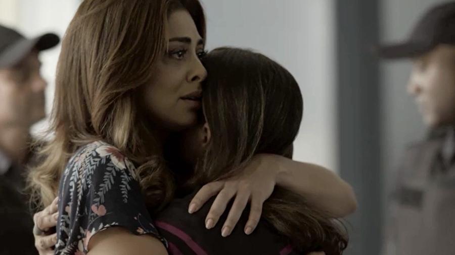 """Bibi e a mãe se emocionam após a notícia da prisão. As duas se abraçam e Aurora (Elizangela) diz: """"Nós vamos enfrentar isso juntas, Bibi! Eu não vou te faltar!"""" - Reprodução/A Força do Querer/GShow"""