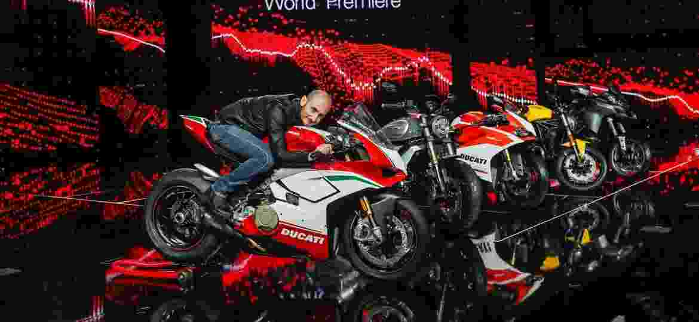 Claudio Domenicali, CEO da Ducati, posa sentado sobre a ignorante Panigale V4 - Divulgação