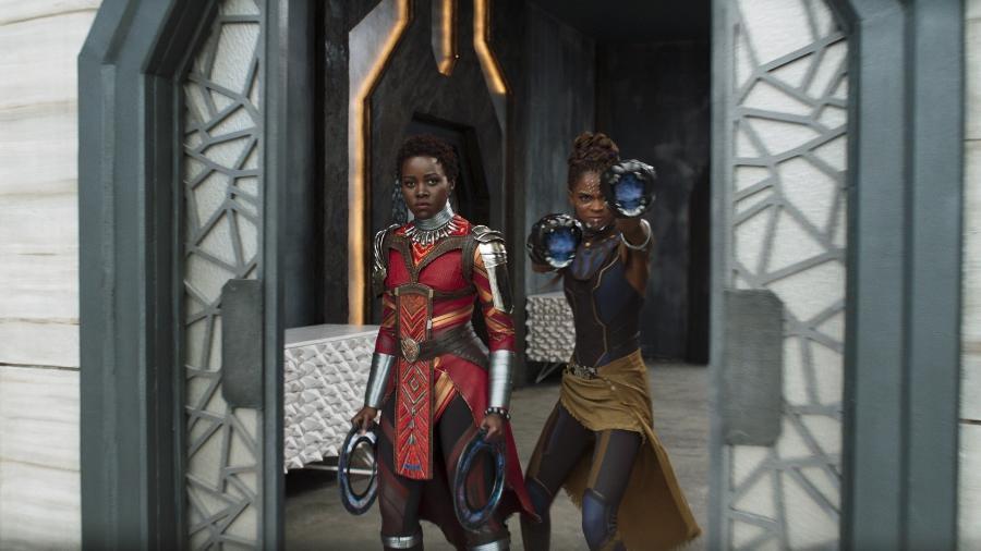 """Lupita Nyong""""o e Letitia Wright em cena de """"Pantera Negra"""" - Divulgação"""