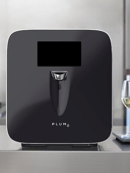 Parece uma máquina de café expresso, mas o equipamento permite servir uma taça de vinho com um único toque - Reprodução/Instagram