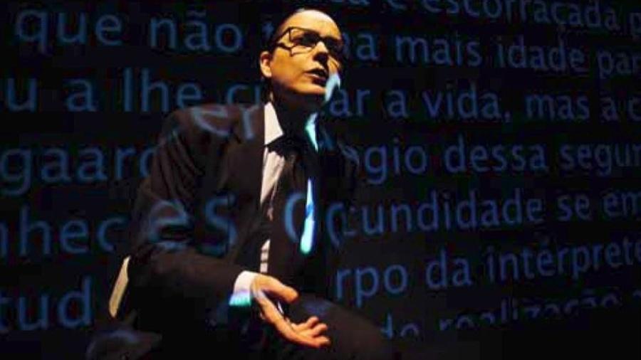 """Bete Coelho em cena do espetáculo """"O Terceiro Sinal"""" - Lenise Pinheiro/Divulgação"""