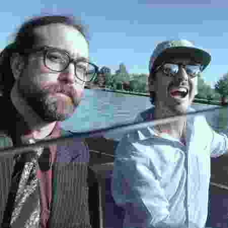 Sean Lennon e Dhani Harrison navegam no rio Tâmisa, na Inglaterra - Reprodução