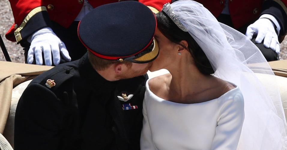 O segundo beijo de Harry e Meghan, durante a procissão