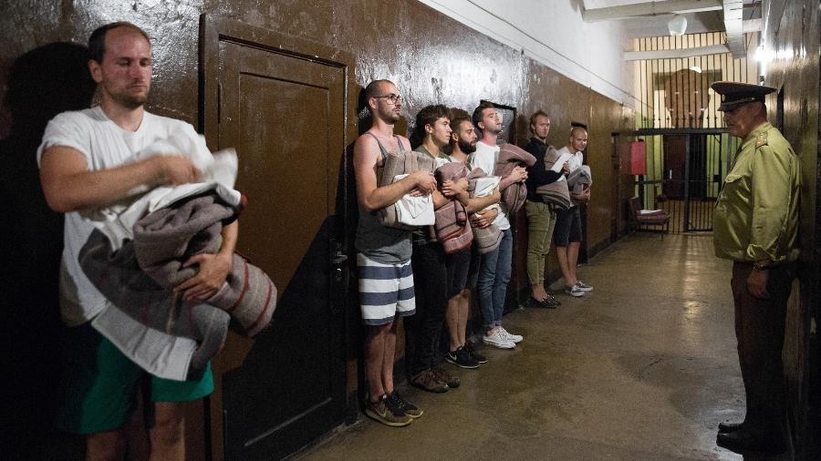 Viajantes são tratados como prisioneiros em atração turística da Letônia - Divulgação/Karosta Prison