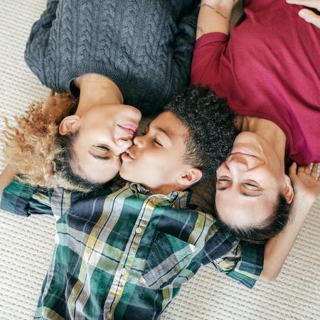 Casal de lésbicas com o filho - Getty Images