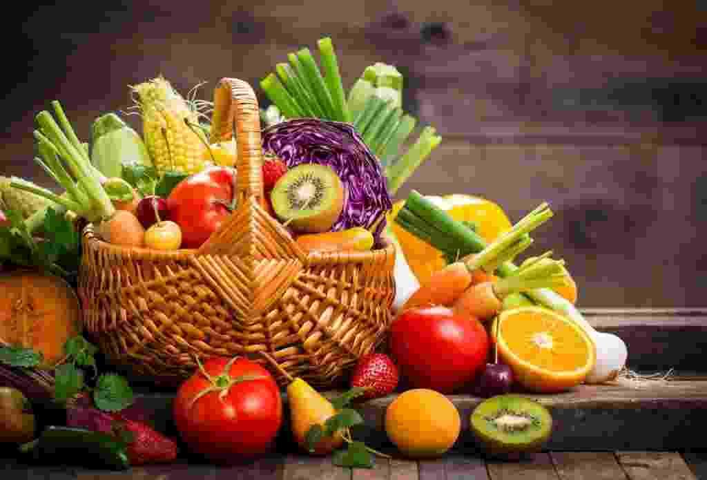 Frutas em uma cesta - Istock