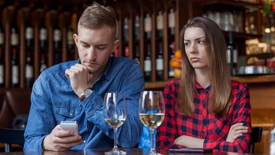 Usar o celular durante as refeições é de bom tom? - Getty Images
