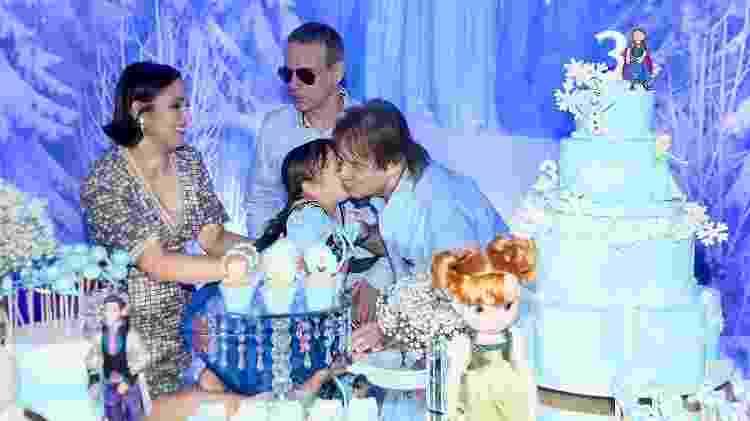 Roberto Carlos ganha beijo da netinha Laura na hora do parabéns - Manuela Scarpa/Brazil News - Manuela Scarpa/Brazil News