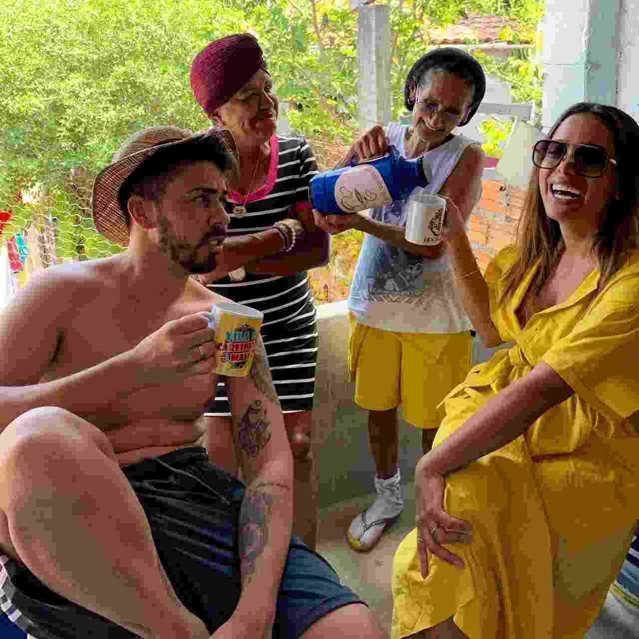 Após um show na Festa de Bom Jesus dos Navegates, Anitta aproveitou para visitar a casa do amigo Carlinhos Maia, na pequena Penedo, onde ele mora. No local, ela conheceu a vizinha Madalena, que serviu o famoso cafezinho - Divulgação