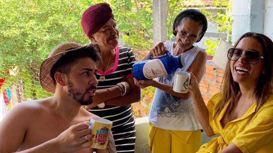 Anitta visita a Vila Primavera toma cafezinho com a mãe de Carlinhos Maia e com a vizinha Madalena - Divulgação