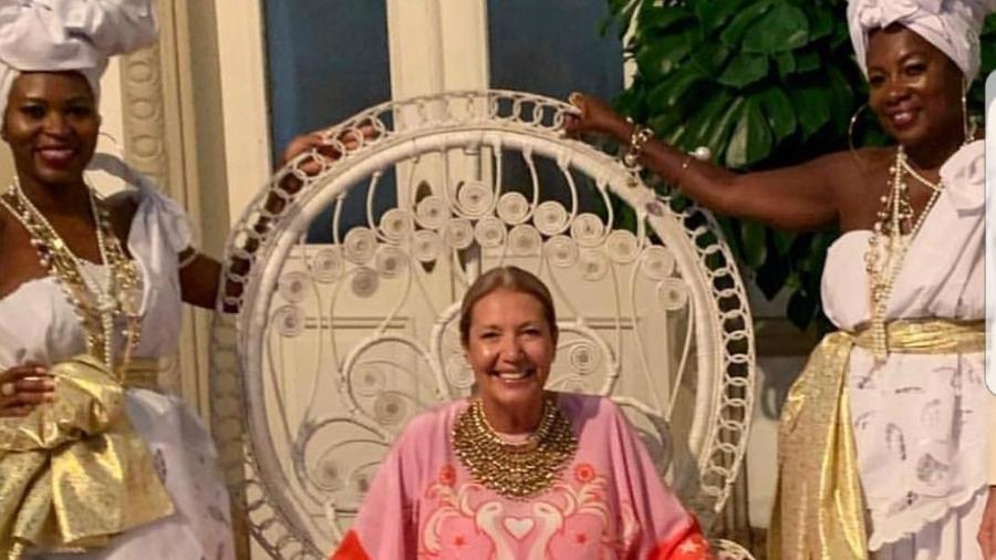 Donata Meirelles posa com modelos vestidas de mucamas em sua festa de aniversário - Reprodução/Instagram