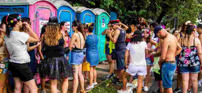 Banheiros químicos no bloco Bangalafumenga, no último fim de semana; alguns blocos reclamaram que não receberam estrutura necessária da prefeitura - Edson Lopes Jr./UOL