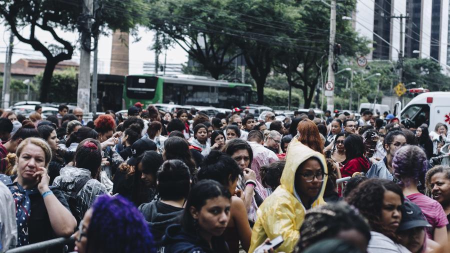 Com mais de 5 mil pessoas na fila, fãs enfrentam chuva para comprar ingressos para o show do BTS no Allianz Parque, em São Paulo - Carine Wallauer/UOL