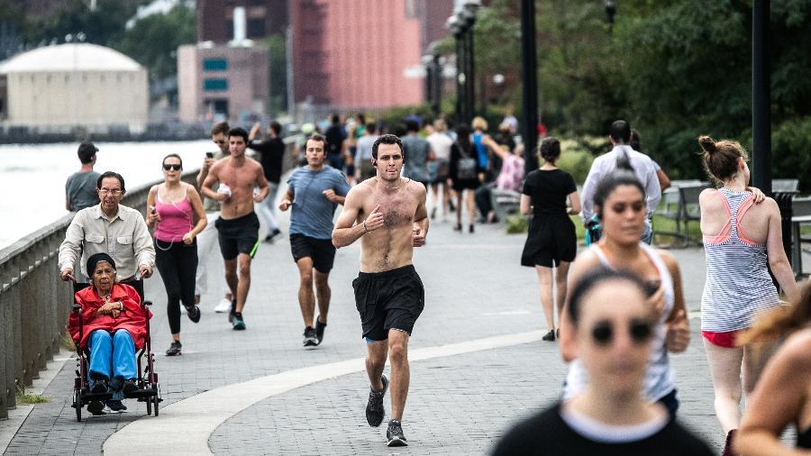 Duas novas revisões concluem que o exercício pode baixar a pressão e reduzir a gordura abdominal tanto quanto muitos remédios prescritos - Jeenah Moon/The New York Times