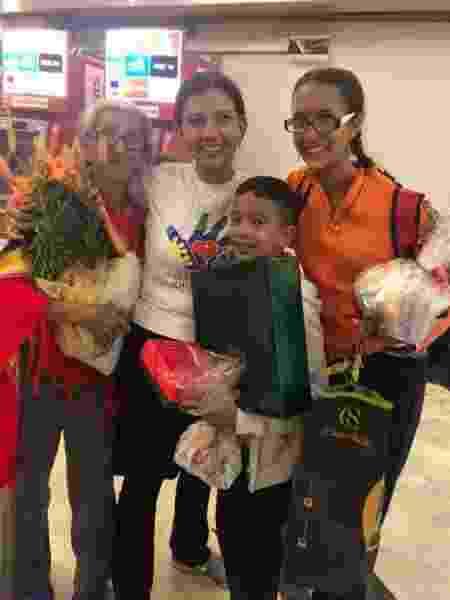Francismary (de branco, ao centro) recebendo a família quando eles chegaram ao Brasil - Arquivo Pessoal