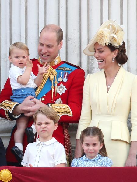 Príncipe Louis bate palmas no colo do pai, o Príncipe William, e ao lado da mãe, Kate Middleton, e dos irmãos George e Charlotte - Chris Jackson/Getty Images