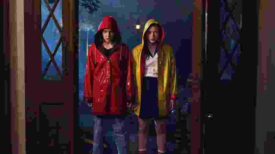 Eleven ( Millie Bobby Brown) e Max (Sadie Sink) em foto da terceira temporada de Stranger Things - Divulgação