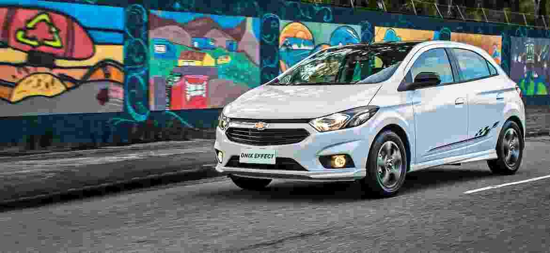 Chevrolet Onix tem preços sugeridos a partir de R$ 46.590, na versão de entrada Joy; você acha que Dani Alves compraria o hatch? - Divulgação