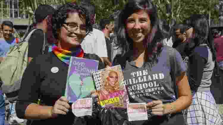 Chaterine Machado e Camila Carneiro exibem livros com a temática LGBTQ+ na Bienal - Marcelo de Jesus/UOL - Marcelo de Jesus/UOL