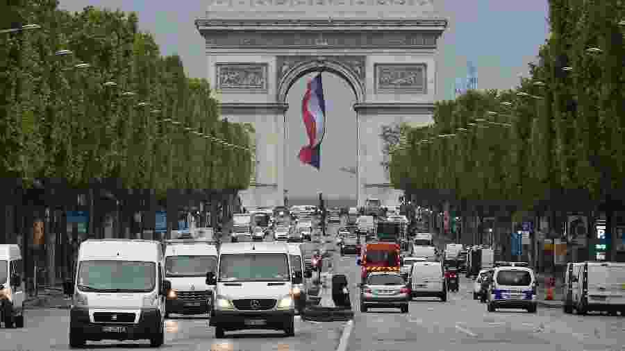 Trânsito na Champs-Elysees, em Paris, durante o primeiro dia de reabertura na França - Getty Images