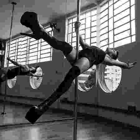 O escritor Raimundo Neto performando no pole dance - Acervo Pessoal