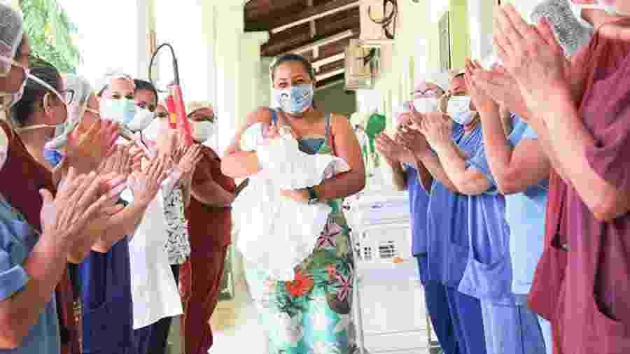 Maryane da Rocha Santos deixa o hospital com o filho recém-nascido nos braços - Divulgação/Hospital Geral Dr. César Cals