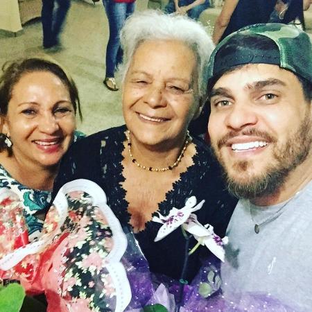Cauan (à dir.) com a mãe, Shirlei (à esq.) e a avó; Shirlei foi internada por complicações da covid - Reprodução/Instagram