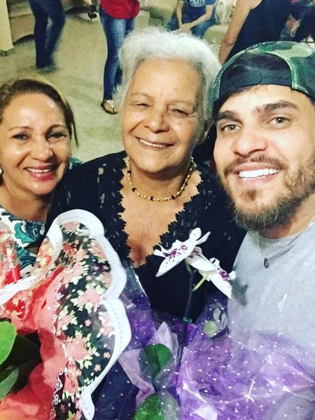 Cauan (à dir.) com a mãe, Shirlei (à esq.) e a avó - Reprodução/Instagram