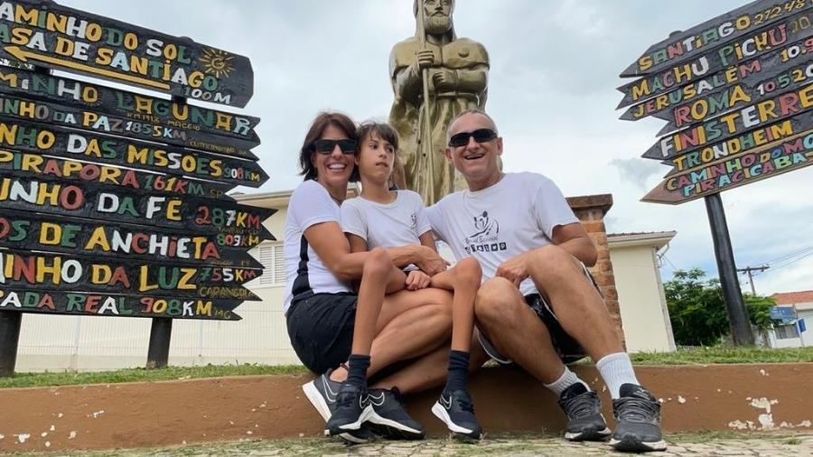 Ao lado da filha Luna, Fábia Soncini e César Augusto Preto provam que não há limites para viajantes - Arquivo pessoal