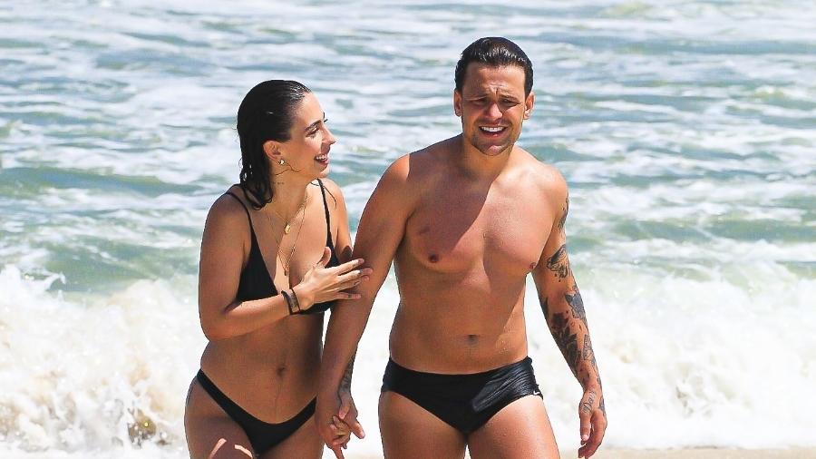 Gabi Brandt e Saulo Poncio estiveram na Barra da Tijuca com amigos - Fabricio Silva/AgNews