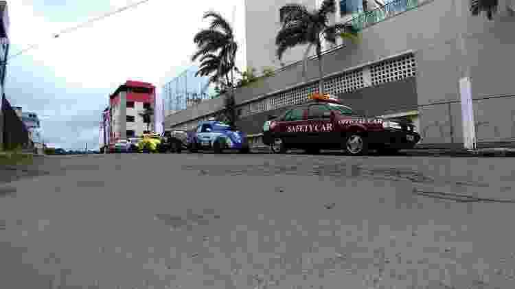 Fiat Tempra ao lado de Fuscas personalizados com as cores dos carros de Senna na F-1 - Arquivo pessoal - Arquivo pessoal