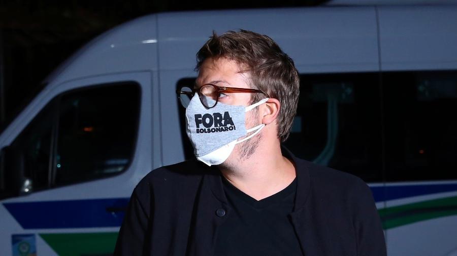 "Fábio Porchat usa máscara com ""Fora Bolsonaro"" em missa de Paulo Gustavo - ROBERTO FILHO / BRAZIL NEWS."