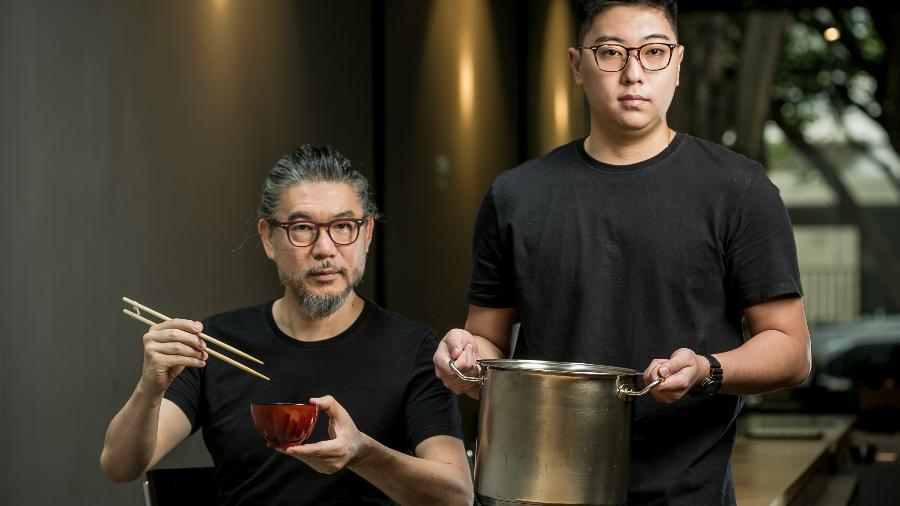 Tsuyoshi Murakami e seu filho Jun Murakami preparam o dashi, caldo-base da culinária japonesa - Keiny Andrade/UOL