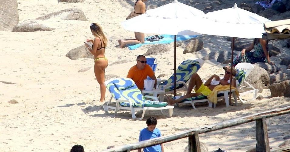21.set.2015 - Em dia de descanso na praia após shows em São Paulo e no Rock in Rio, Rod Stewart observa morena. Segundo a agência de fotos AgNews, o cantor pediu a seus seguranças que pegassem o número de telefone da moça após os dois baterem um papo