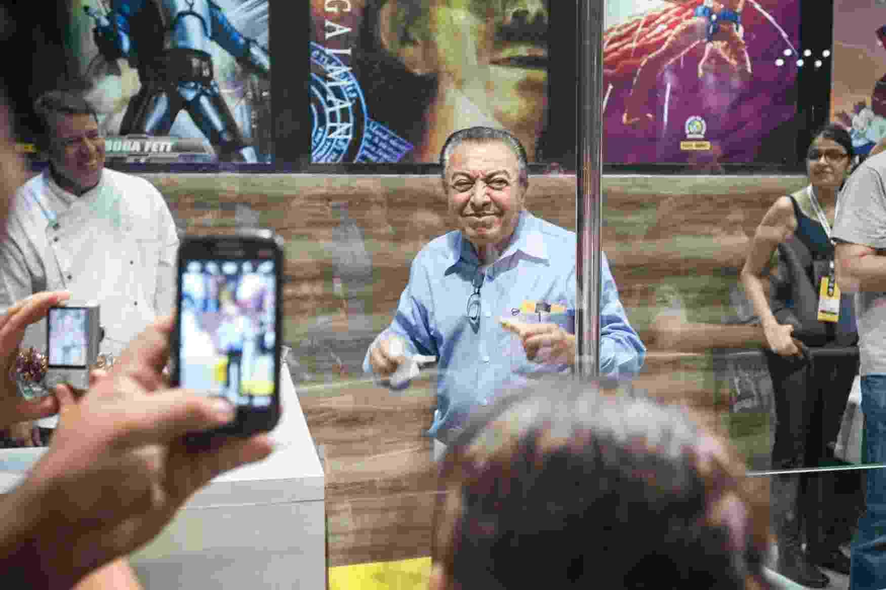 4.dez.2015 - Fãs fotografam o quadrinista Mauricio de Sousa durante sua passagem pela Comic Con Experience - Lucas Lima/UOL