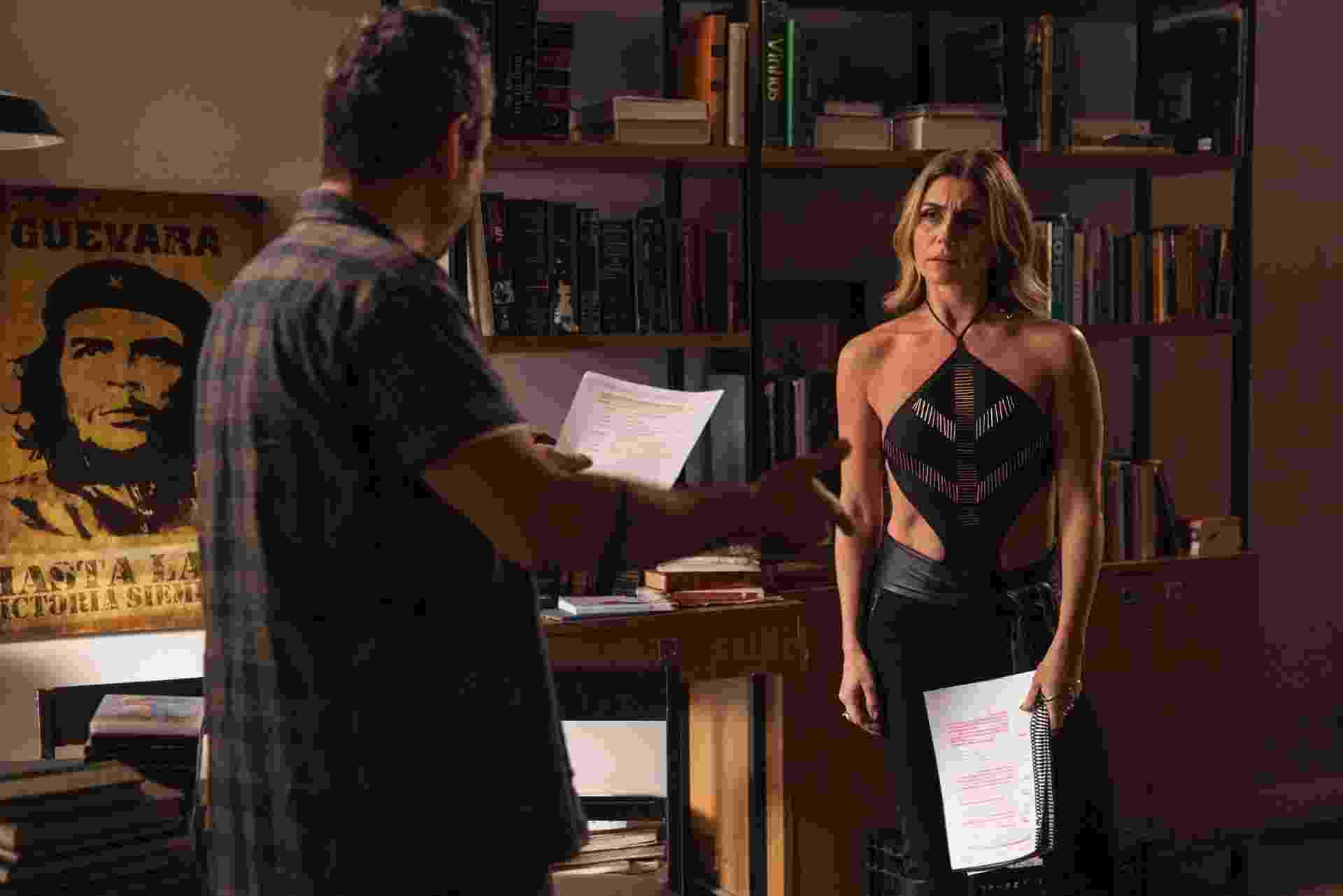 """7.jan.2015 - Giovanna Antonelli e Alexandre Nero passam a cena que vão gravar no apartamento de Romero. """"É a segunda novela seguida. Não consigo mais decorar, eu decoro na cena. Em casa eu estudo a cena, sei do que se trata, mas não decoro"""", revela Nero - Pedro Curi/Globo"""