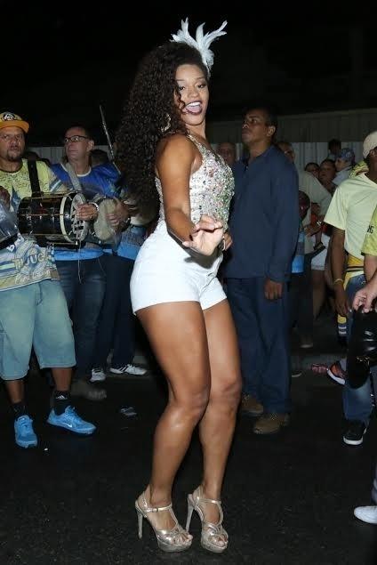 21.jan.2015 - Rainha de bateria, Juliana Alves participa de mais um ensaio de rua da Unidos da Tijuca, no Rio de Janeiro, na noite desta quinta-feira