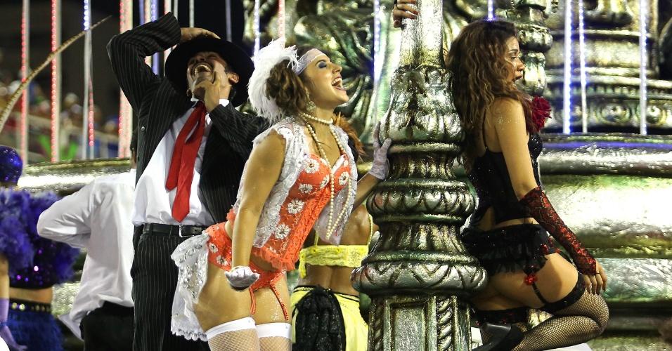"""8.fev.2016 - """"Eis o malandro no palco outra vez"""" é o carro abre-alas do Salgueiro. A escola traz uma ópera, em que o povo de rua se apresenta e a plateia é a elite do Theatro Municipal."""