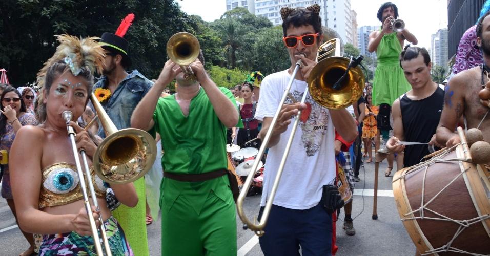14.fev.2016 - Bloco anuncia concurso de fantasia na Avenida Paulista, em São Paulo