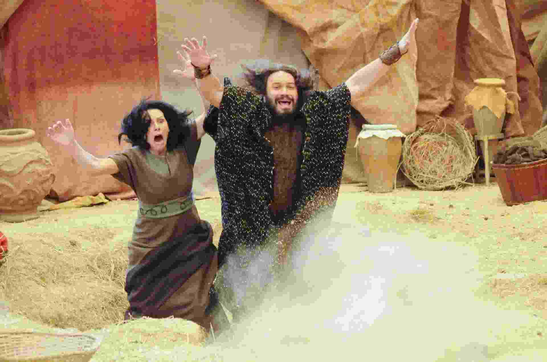 """Hebreus caem no buraco na terra aberto por Deus em cena de """"Os Dez Mandamentos"""" prevista para ir ao ar nesta segunda-feira (20) - Munir Chatack/Record"""