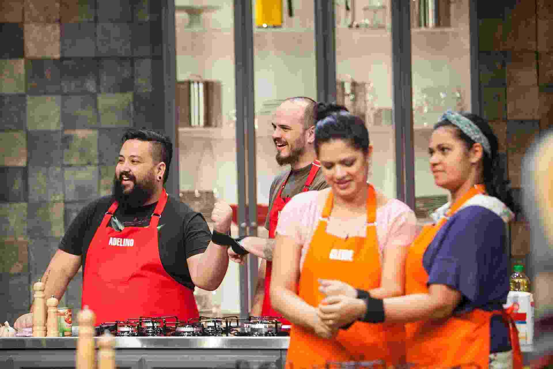 """Participantes do """"Batalha dos Cozinheiros"""" se enfrentam na primeira prova oficial do programa. No desafio, eles devem fazer uma massa com as mãos amarradas - Edu Moraes/Record"""