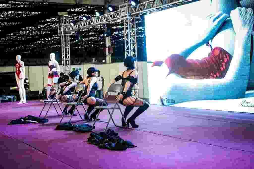 Os fãs das novidades do mercado erótico podem conferir as novidades do segmento na feira Íntimi Expo. O evento conta com vários expositores, palestrantes, desfiles e até shows de danças sensuais. A feira --que vai de 29 de setembro a 1º de outubro de 2016, das 11h às 20h-- tem entrada franca e acontece no Anhembi - Pavilhão Oeste (avenida Olavo Fontoura, 1.209, Santana, São Paulo) - Bruno Santos/UOL
