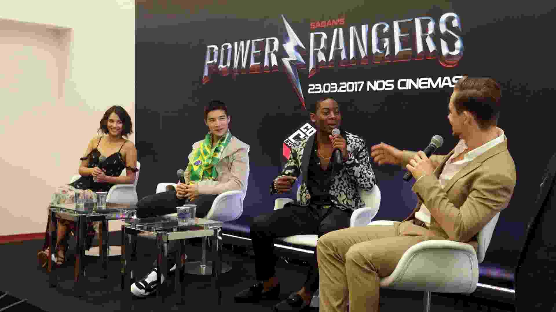 3.dez.2016 - Protagonistas do novo filme dos Power Rangers Naomi Scott (Ranger Rosa), Ludi Lin (Ranger Preto), Dacre Montgomery (Ranger Vermelho) e RJ Cyler (Ranger Azul) durante painel na Comic Con na manhã de sábado - Ricardo Matsukawa/UOL