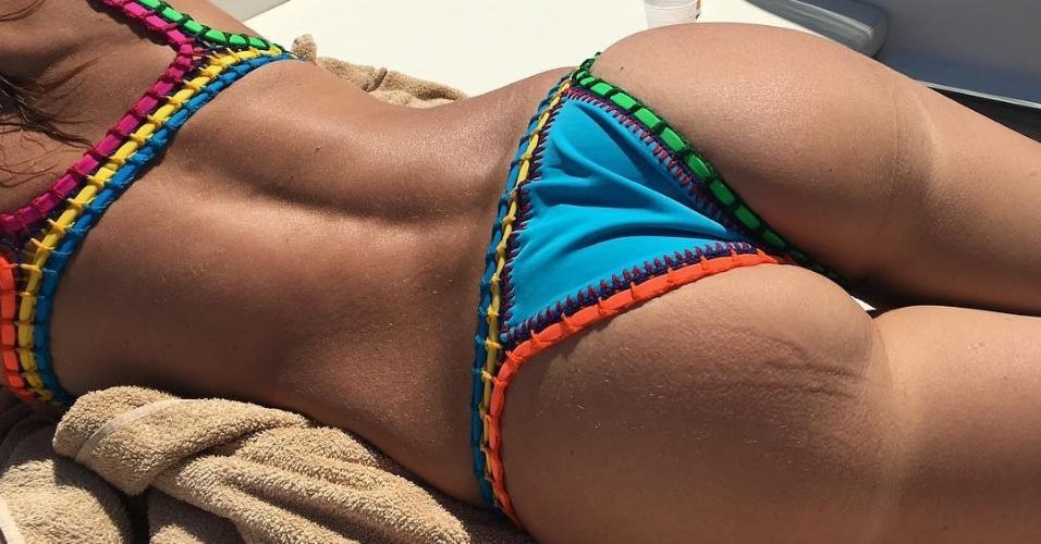 Luciana Gimenez mostra bumbum em foto de férias