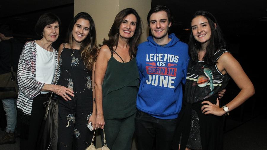 Fátima Bernardes posa para foto com as filhas, a mãe e Hugo Bonemer, primo de William Bonner - AgNews