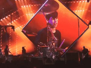 Lucas toca bateria no show do Foo Fighters - Reprodução/Youtube - Reprodução/Youtube