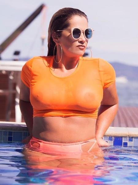 Fani Pacheco em foto na piscina; mamilos não foram censurados desta vez - Reprodução/Instagram