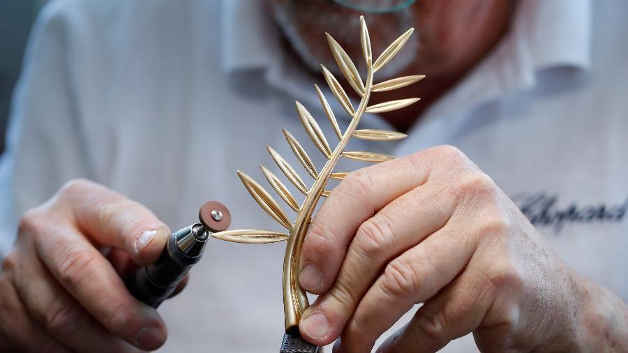 Funcionário da joalheira Chopard prepara a Palma de Ouro, o cobiçado troféu do Festival de Cannes - Denis Balibouse/Reuters