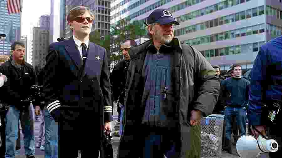 """Leonardo DiCaprio e Steven Spielberg nos bastidores de """"Prenda-me se for Capaz"""" - Reprodução"""
